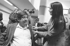 Carlos Slepoy, impulsor de la causa, junto a Inés García Holgado, familiar de víctimas del franquismo. Foto Página 12