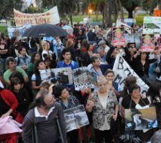 Marcha de silencio y con paraguas en la Ciudad.