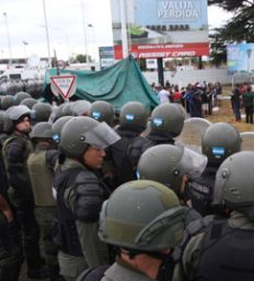 Gendarmería reprime a trabajadores de Cresta Roja Gendarmereircrestar