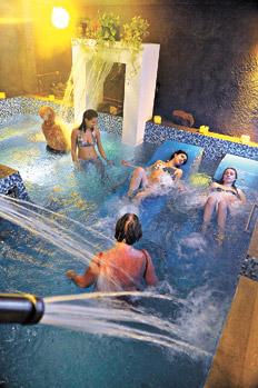 El Placer De Una Inmersion En Aguas Balsamicas Con Juegos De Lluvias Y Luces