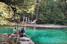 El camino al Cajón del Azul es un paseo bordeando el prístino río Azul.