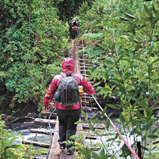 En los trekkings, muchos ríos deben cruzarse en estas pasarelas de madera y alambre.