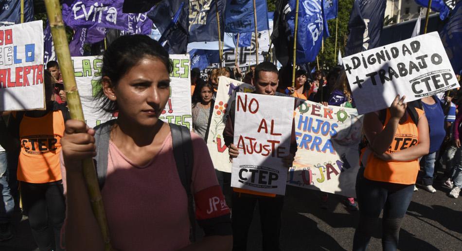 El viernes pasado organizaciones sociales y la CGT marcharon al Congreso. (Fuente: AFP)