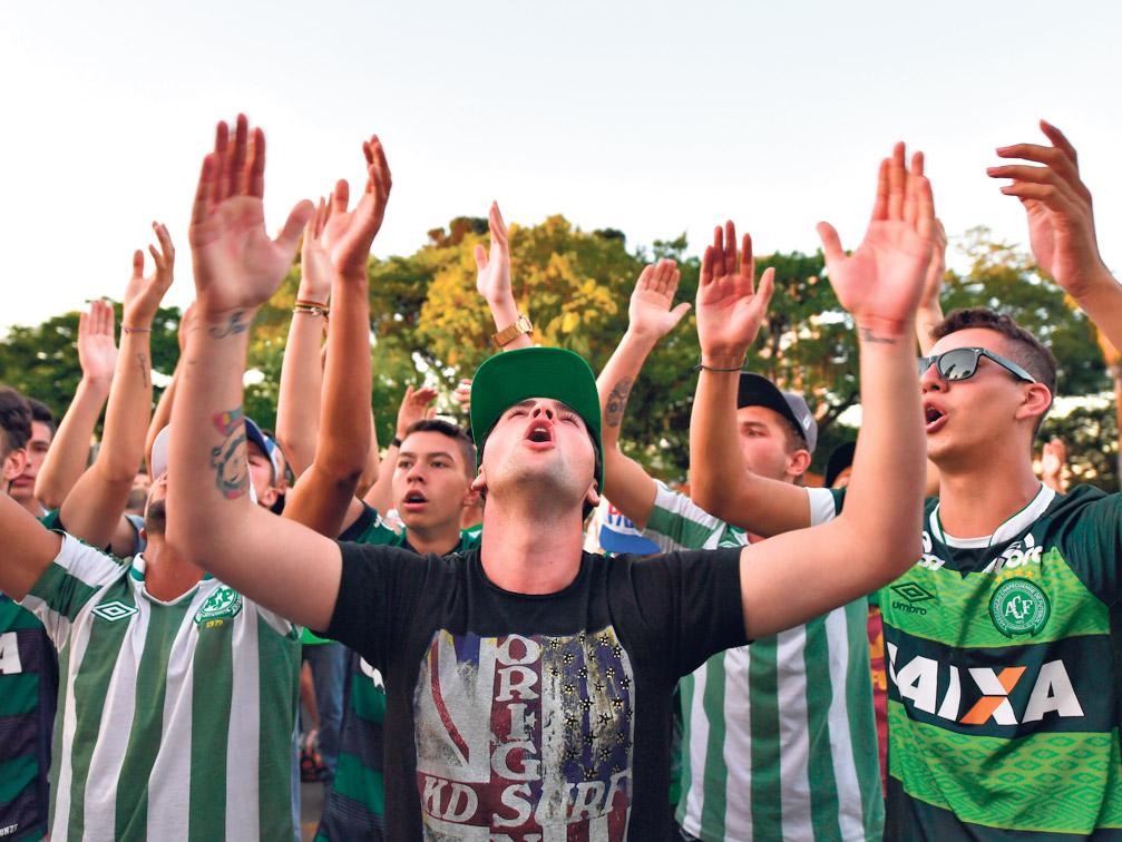 La imagen del dolor de los hinchas de Chapecoense. (Fuente: AFP)