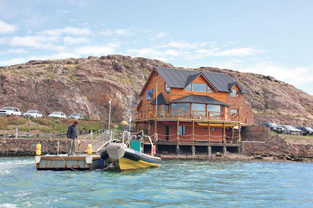 Punto de partida, en la ría Deseado, para la navegación por mar abierto hacia la isla Pingüino.