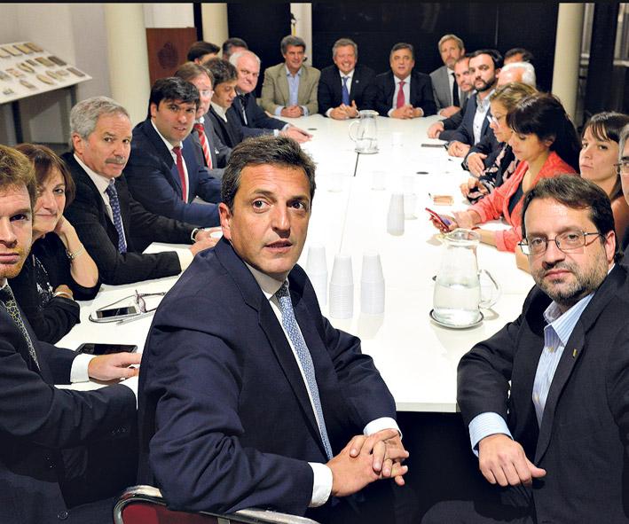 Los ministros Prat-Gay y Frigerio llegaron ayer a la Cámara de Diputados para acordar con los bloques opositores. (Fuente: DyN)